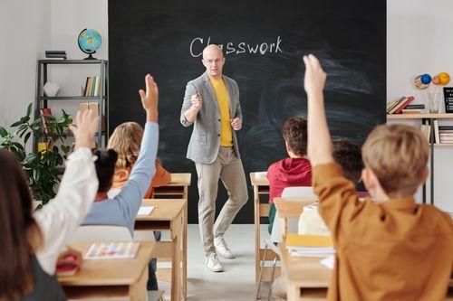國外的學生在上課時是搶著舉手發言的,但臺灣的學生卻很少在課堂上提問,減少了訓練思考力的機會。